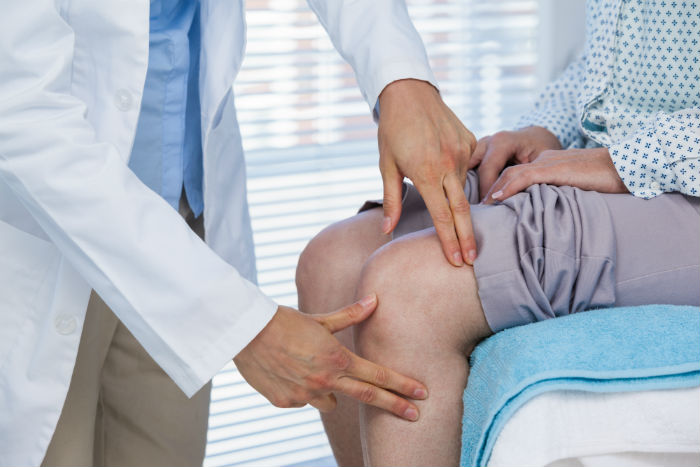 Toledo doctor see patient for knee pain